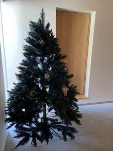 土間に置いてあるクリスマスツリー