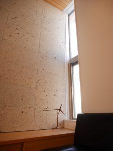 リビングの窓と大谷石の壁