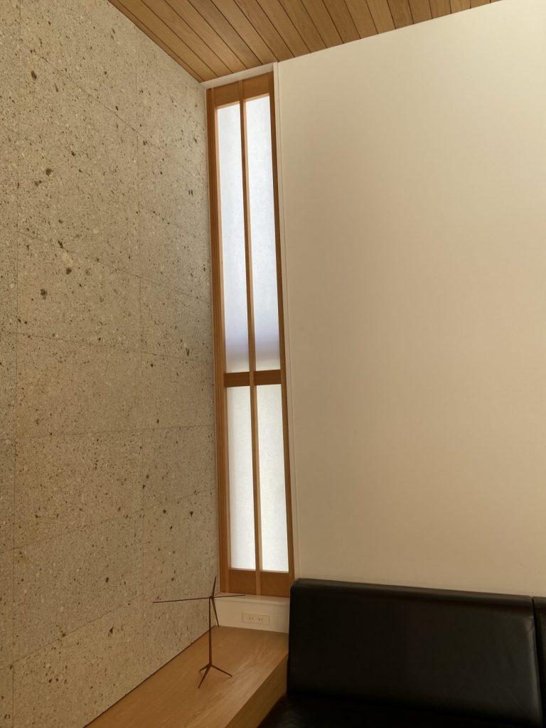 大谷石の壁と縦長天井