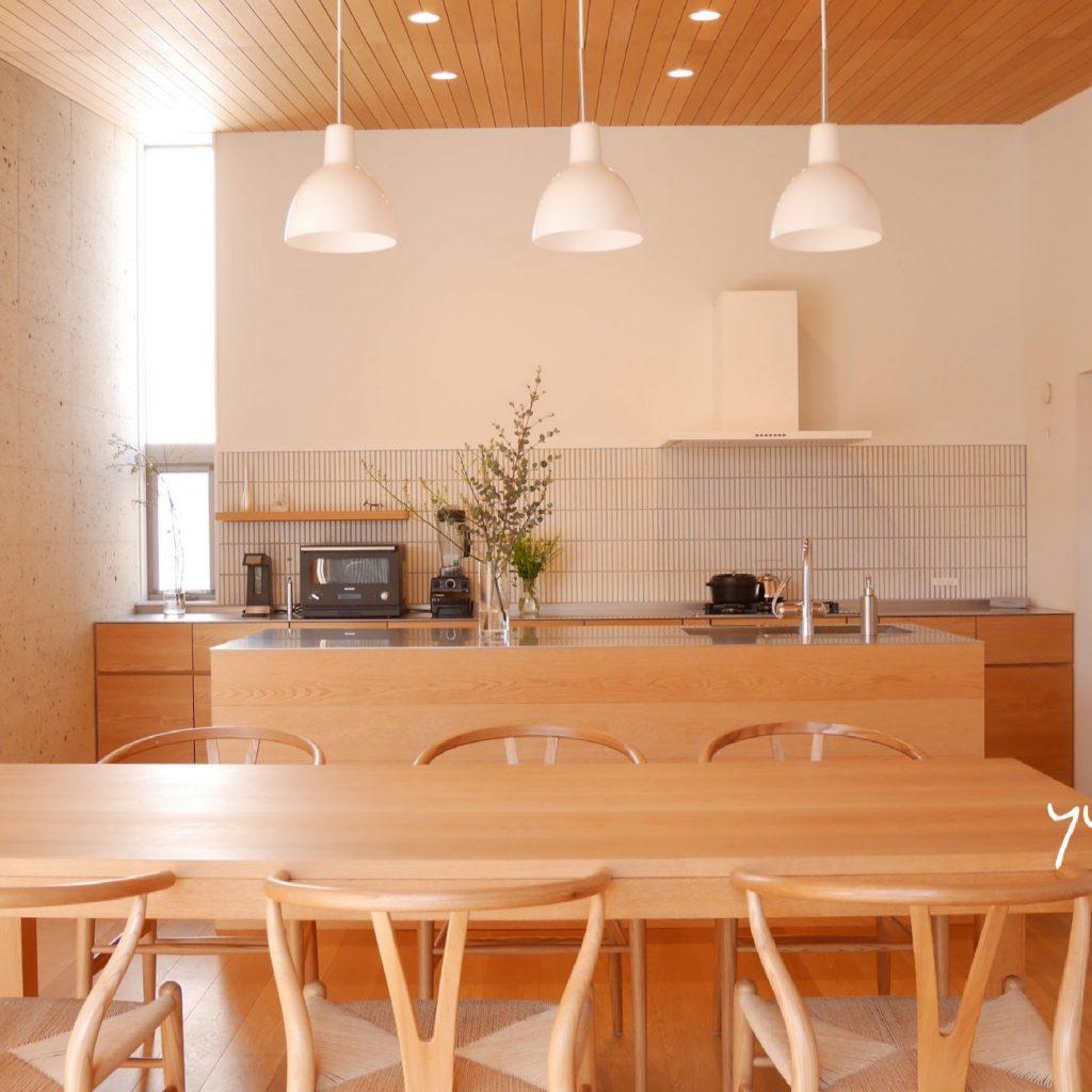 アイランドキッチンに置いてあるバルミューダレンジ